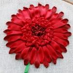 Вышивка лентами, цветы — гербера, клематис и незабудки