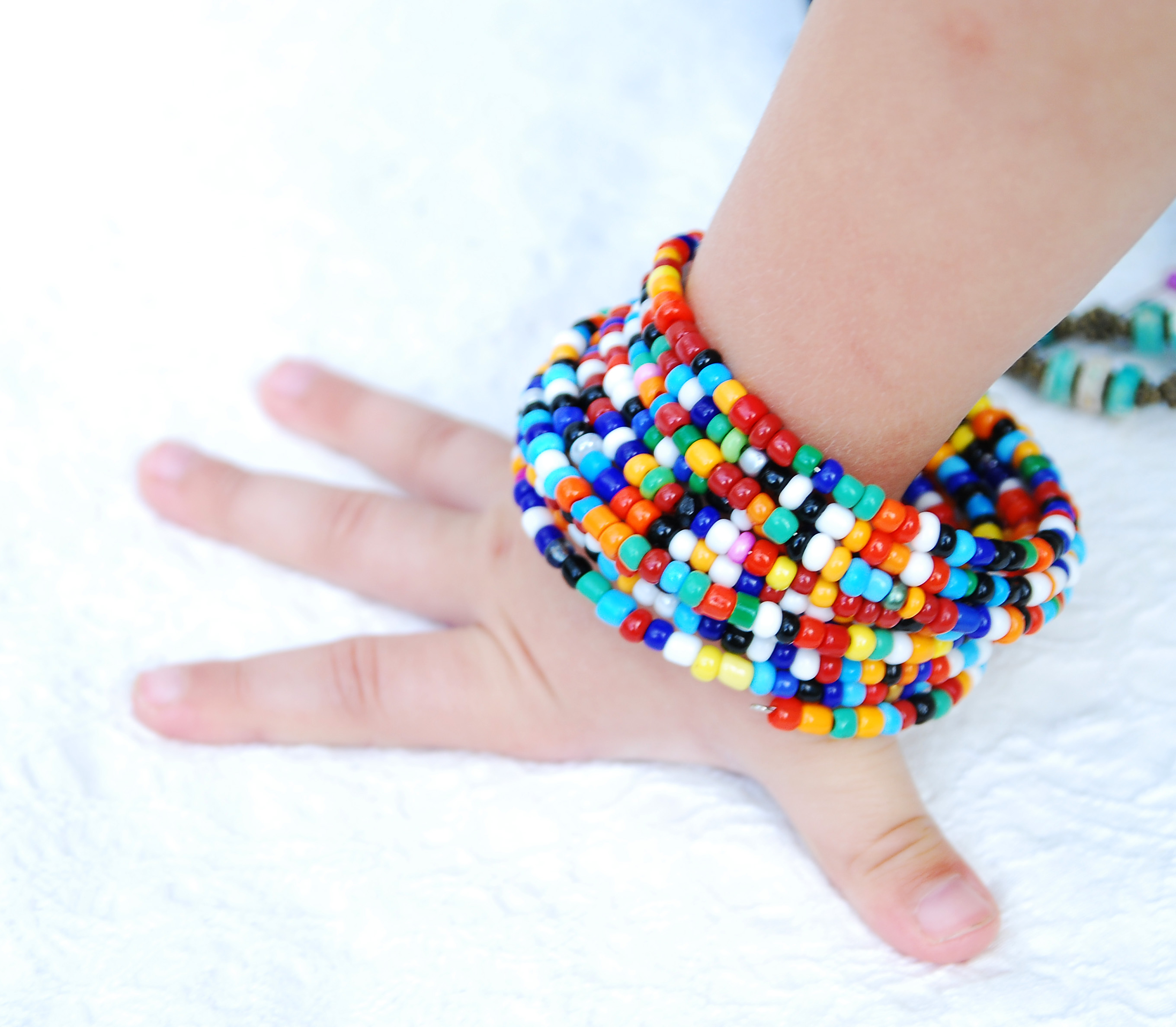Яркие браслеты из бисера