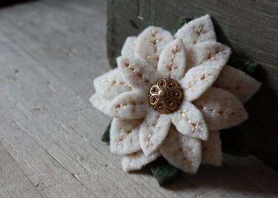 изящная брошь-цветок