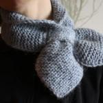 Рукодельные хитрости: вяжем спицами шарфик с петлёй